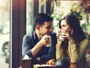 Por qué deberías buscar a tu pareja en la vida real y no en una app de citas